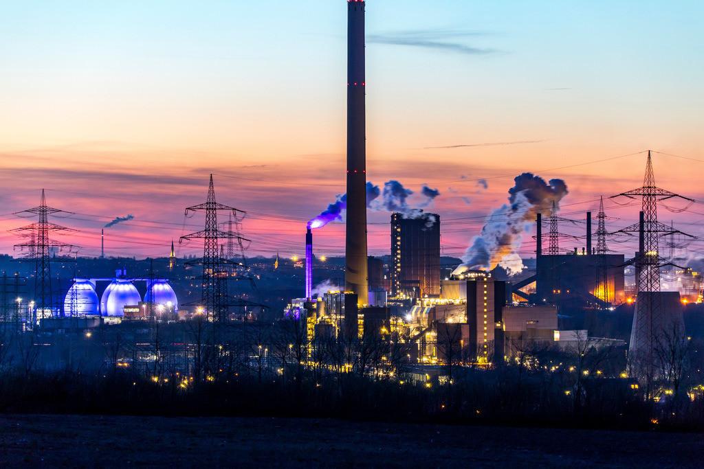 JT-18021-097 | Kokerei Proper in Bottrop,rechts,  Faultürme des Emscherklärwerks, RWE Müllverbrennungsanlage Essen-Karnap,