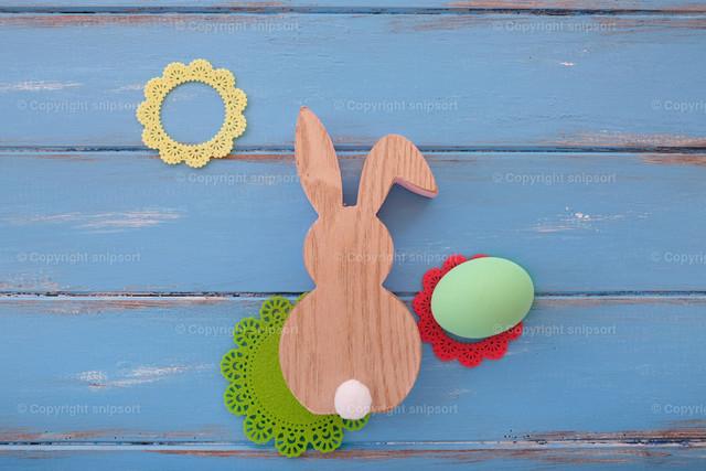 Osternmotiv mit Osterhasen | Konzept Ostern mit Osterhasen auf blauem Hintergrund