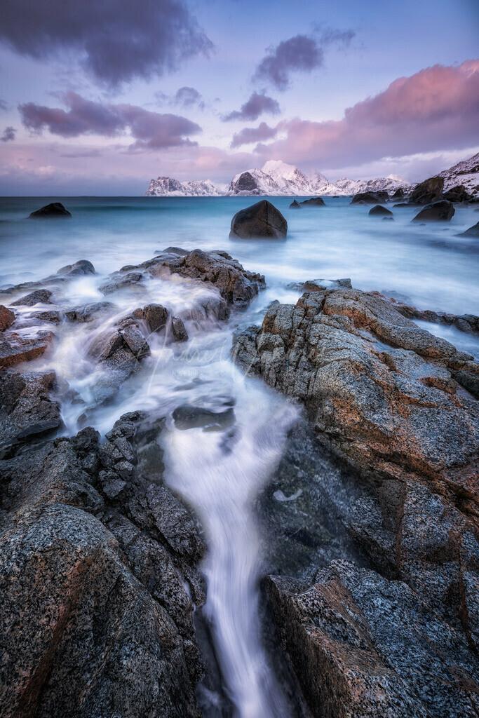 Felsen am eisigen Ufer