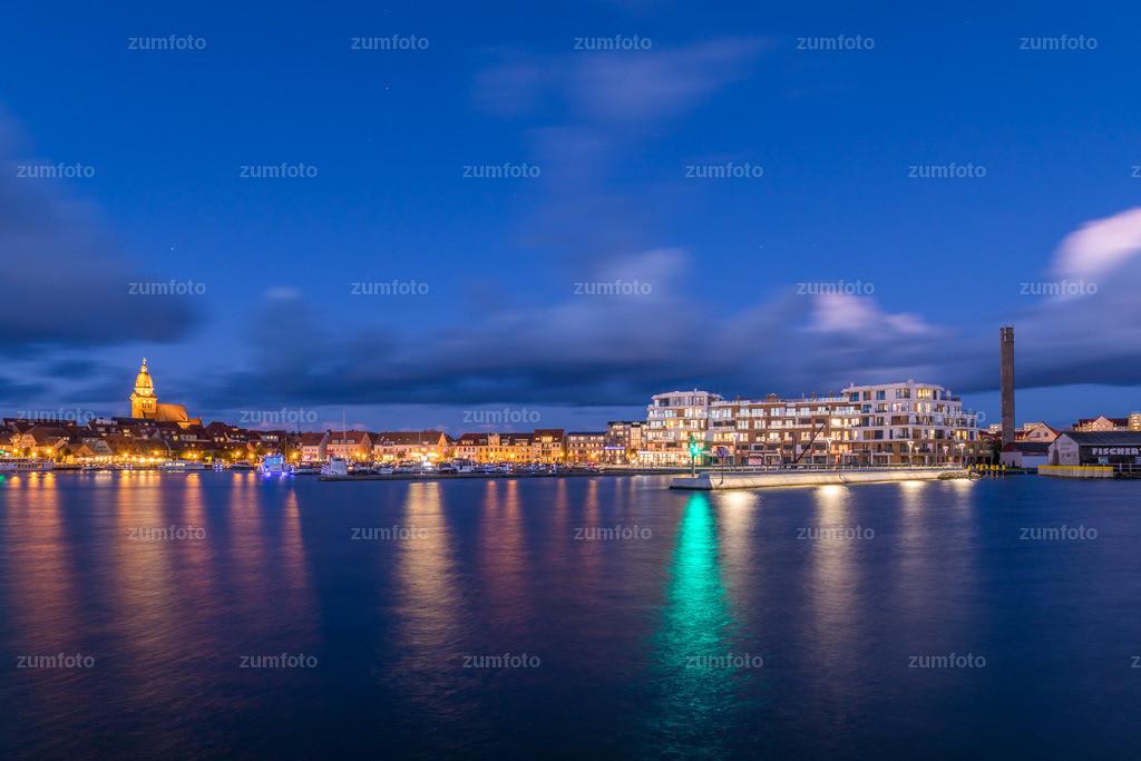 0-171029_1731-1970 | --Dateigröße 6720 x 4480 Pixel-- Satdthafen von Waren bei Nacht