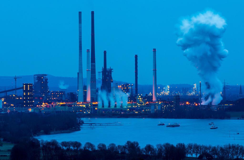 JT-170205-064 | Rhein bei Duisburg Bruckhausen, Marxloh,  Thyssenkrupp Steel Stahlwerk, Hochöfen, Sinteranlage, Kokerei Schwelgern, Ablöschwolke, hinten Halde Haniel in Bottrop,