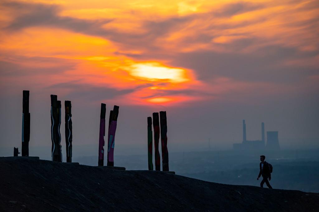 JT-200407-037 | Die Halde Haniel, 185 Meter hohe Bergehalde, am 2019 stillgelegtem Bergwerk Prosper Haniel, Kunstwerk Totems des Bildhauers Augustin Ibarrola, Sonnenuntergang, Bottrop, Deutschland,
