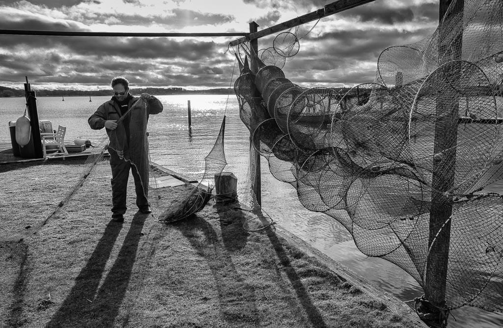 Fischer Matthias Nanz © Holger Rüdel | Der Fischer Matthias Nanz aus Schleswig ist einer der letzten Berufsfischer an der Schlei. Die Fischerei war früher prägend für den Schleswiger Stadtteil Holm, in dem Matthias Nanz lebt. Das Bild zeigt ihn bei der Reparatur seiner Reusen.