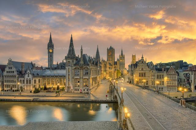 Gent in Belgien | Blick in Richtung Altstadt mit den Türmen der St.-Bavo-Kathedrale, St. Niklaskirche und dem Belfried (mittig rechts im Bild), die in einer Linie stehen und zusammen die berühmte Genter Dreiturmreihe bilden.