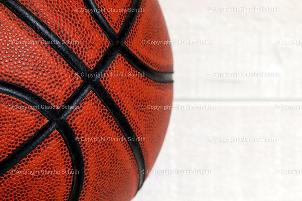 Basketball | Basketball vor weißer Holzwand.