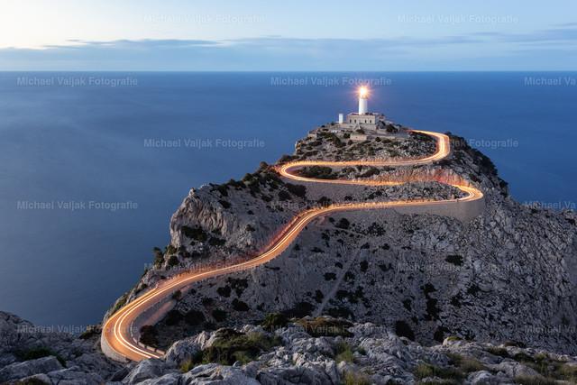 Lichtspur zum Leuchtturm   Leuchtturm am Cap de Formentor. Die Landschaft ist dort herrlich rau und sehr ursprünglich. An diesem Abend hatte ich Glück, dass genau zur richtigen Uhrzeit noch ein Auto die Straße herunter fuhr und so durch die Langzeitbelichtung eine wunderbare Lichtspur erzeugte.