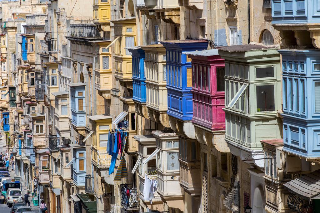 JT-170510-097 | Valetta, Hauptstadt von Malta, typische, Holz verkleidete Balkone, Erker, mit Fenstern an den Häuser, Republic Street,
