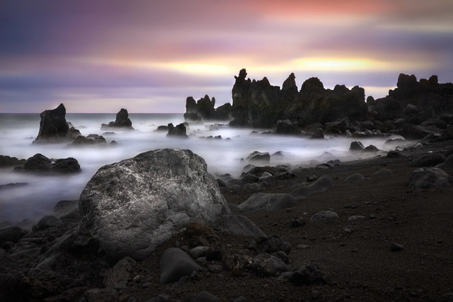 Felsenküste am Lavastrand | Die bizarre Küstenlinie im Westen Lanzarotes ist mit messerschafen Lavafelsen gespickt. Der schwarze Sand wirkt surreal. Genau wie das Wasser, das sich durch die Langzeitbelichtung in einen seidenen Teppich verwandelt.