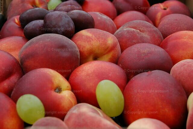 Früchte | Ein Korb mit leckeren frischen Nektarinen