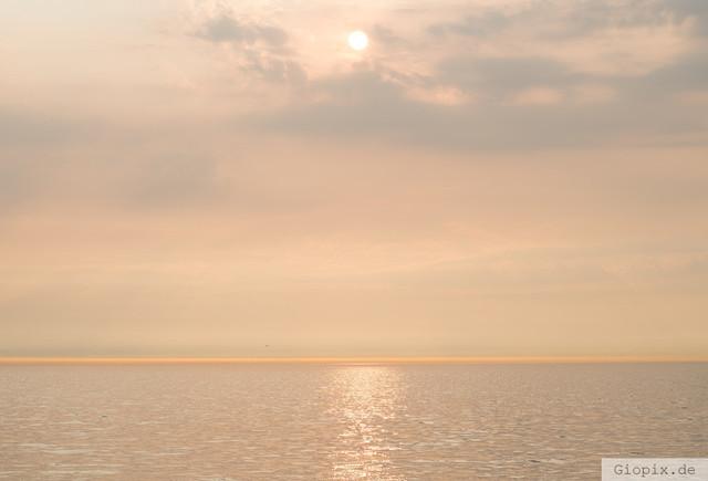 Sonnenuntergang am Meer | Sonnenuntergang mit warmen Farbtönen am Strand von Renesse