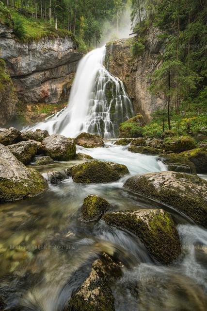 Gollinger Wasserfall | Hochkant-Aufnahme des Gollinger Wasserfalls im Tennengau in Österreich.