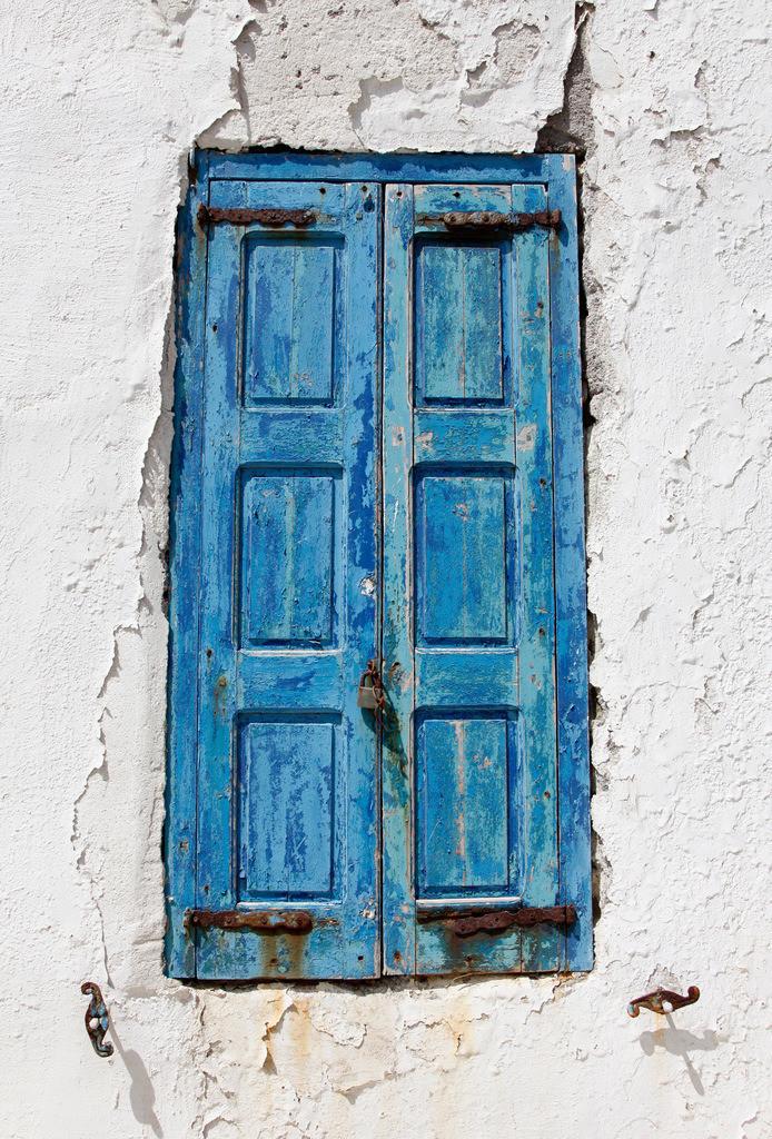 JT-110809-070 | Verwitterte Fensterlaeden in den Altstadt Gassen von Mykonos Stadt. Weisse Haeuser, blaue Tueren und Fenster, Fugen im Steinboden bemalt. Mykonos, Griechenland, Europa.