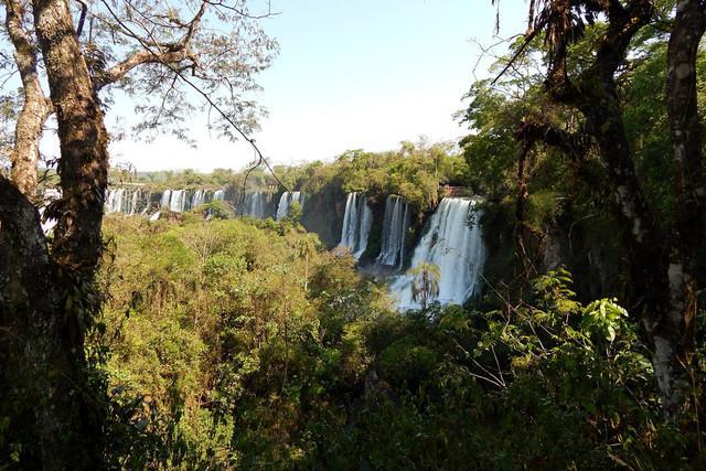 Strong like a waterfall   Blick auf die gewaltigen Iguazú Wasserfälle von der argentinischen Seite des Nationalparks