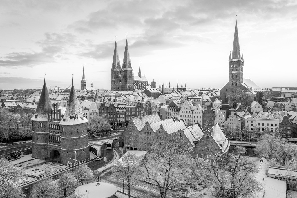 Lübeck im Schnee - Sonnenaufgang 3:2 schwarz/weiß | Dies ist das beliebte Lübeck-Motiv in einer Schwarz/Weiß-Version.