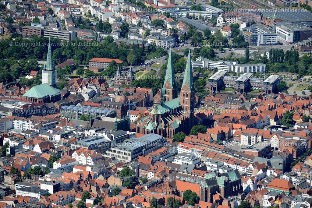 Lübeck_ELS_8603151106 | Lübeck - Aufnahmedatum: 10.06.2015, Aufnahmehoehe: 564 m, Koordinaten: N53°52.441' - E10°43.226', Bildgröße: 6869 x  4584 Pixel - Copyright 2015 by Martin Elsen, Kontakt: Tel.: +49 157 74581206, E-Mail: info@schoenes-foto.de  Schlagwörter;Foto Luftbild,Altstadt,HolstenTor,Kirche,Hanse,Hansestadt,Luftaufnahme,