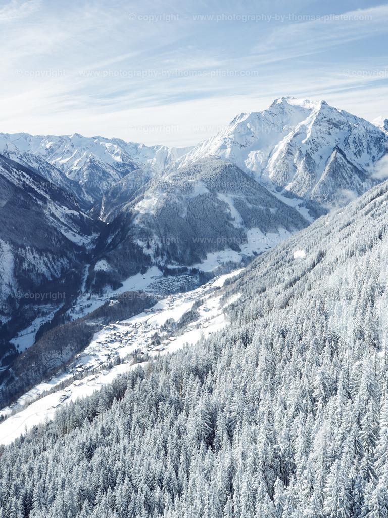 Blick hinunter nach Finkenberg im Winter-1
