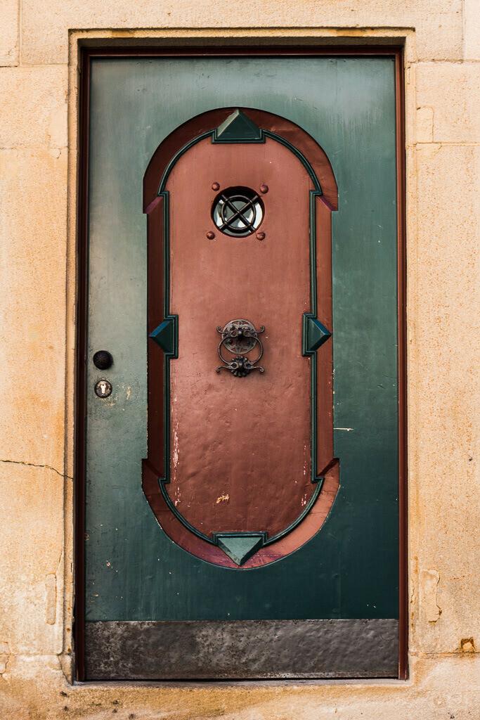Tür aus Eisen in Grün und Rot