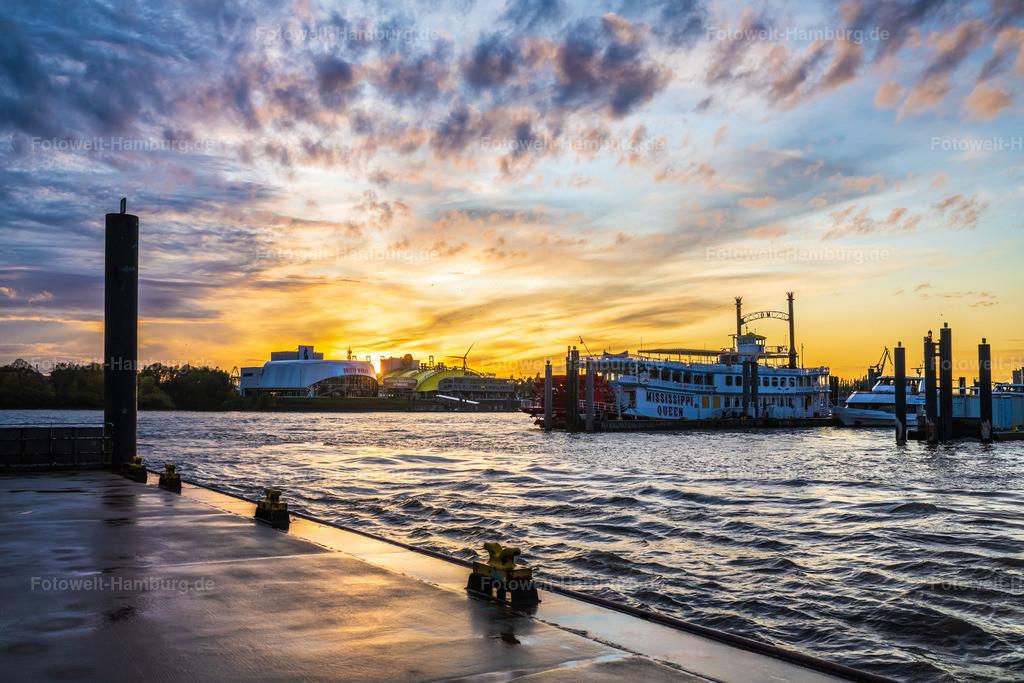 10201217 - Theater im Sonnenuntergang | Blick zu den Musicaltheatern im Hamburger Hafen bei einem grandiosen Sonnenuntergang.