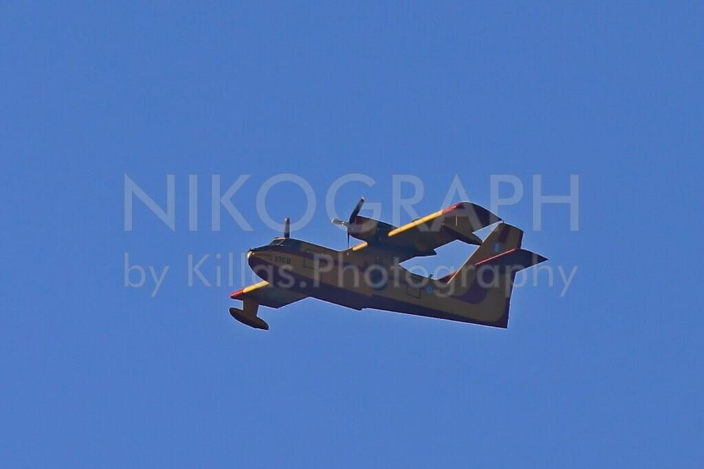 Löschflugzeug | Ein Löschflugzeug vom Typ Canadair CL-215 der griechischen Luftwaffe. Das Löschflugzeug wird bei Waldbränden eingesetzt. Als Amphibienflugzeug ist es in der Lage sowohl im Wasser als auch an Land zu laden.