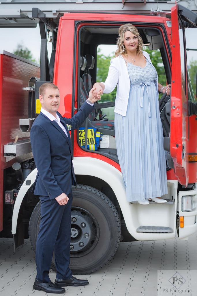 Hochzeit Brautpaar im Feuerwehrwagen