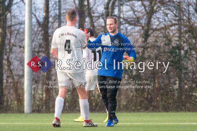 Fußball, Herren, Kreisliga 3, ETSV Hamburg II - SC Vier- und Marschlande III., Mittlerer Landweg, 01.03.2020 | Bendix Hermann Siemers (#4, SCVM), Maik Günther (#1, ETSV, Torwart)