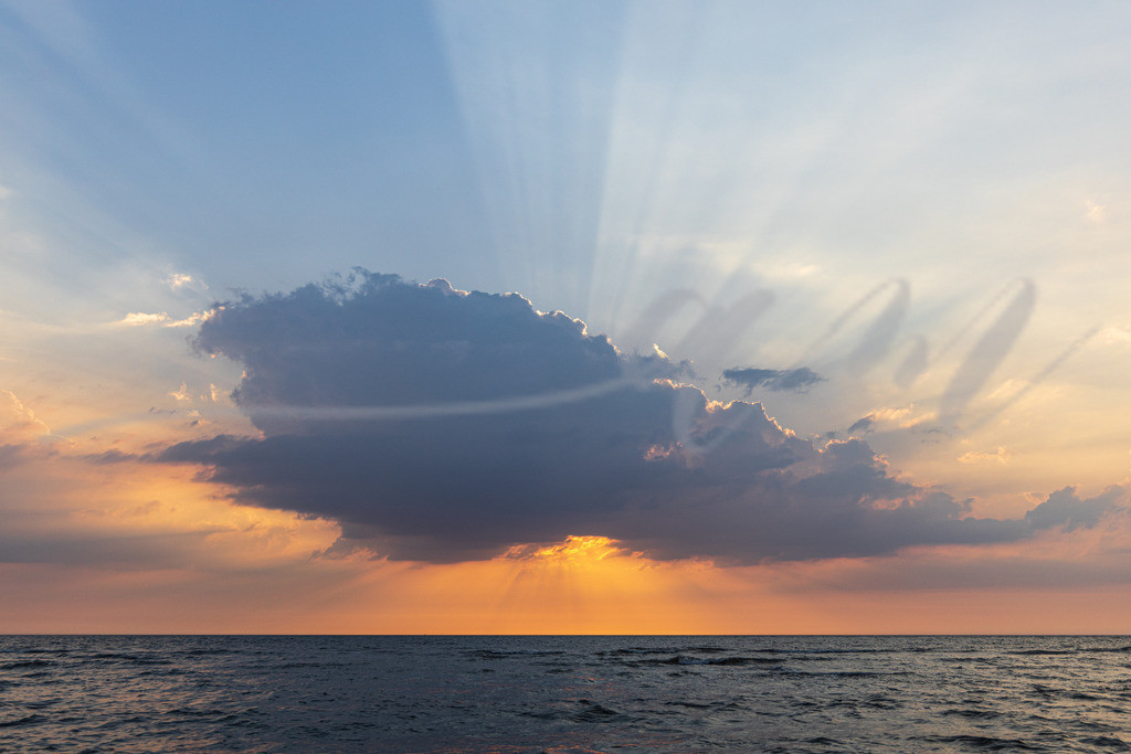 Mirs020-7952 | spo, sankt peter-ording, wasser, nordsee, sonnenuntergang, sonne, gegenlicht, sommer, urlaub, ferien, wärme, warm, hitze, urlauber, tourismus, ferien, orange, oranger himmel, wolken, sonnenstrahlen,