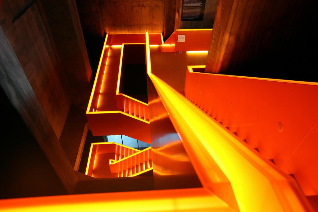 JT-100108-036 | Rot illuminiertes Haupttreppenhaus im  neuen Ruhrmuseum, eröffnet im Januar 2010, Kulturhauptstadtjahr, in der ehemaligen Kohlenwäsche der Zeche Zollverein, Weltkulturerbe. Essen, NRW, Deutschland, Europa. |