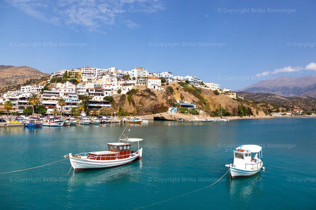 Fischerboote vor Agia Galini | Agia Galini, ein beschaulicher kleiner Ort an der Südküste Kretas. Kleine Yachten und Fischerboote liegen auf dem stillen Wasser des Hafens. Der steile Hang bebaut mit kleinen weiß-getünchten Häusern über dem türkisfarbenen Meer. Das ist der Inbegriff Griechenlands.