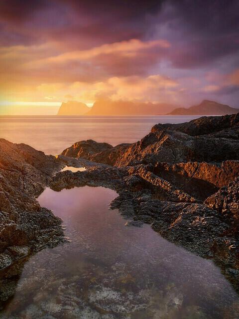 Brennendes Meer | Ein schmaler Schlitz wolkenfreier Himmel genügt, um ein phänomenales Farbspektakel zu entfachen: das brennende Meer im Nordatlantik.