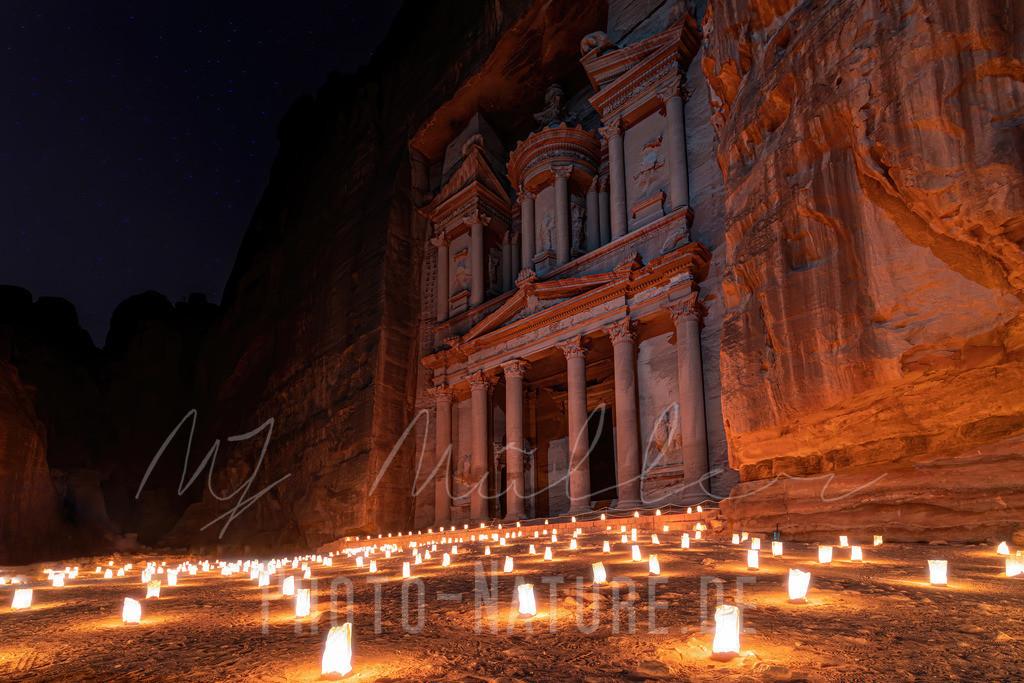 1001 Kerzen | Eine märchenhafte Szene vor der Schatzkammer in Jordanien.