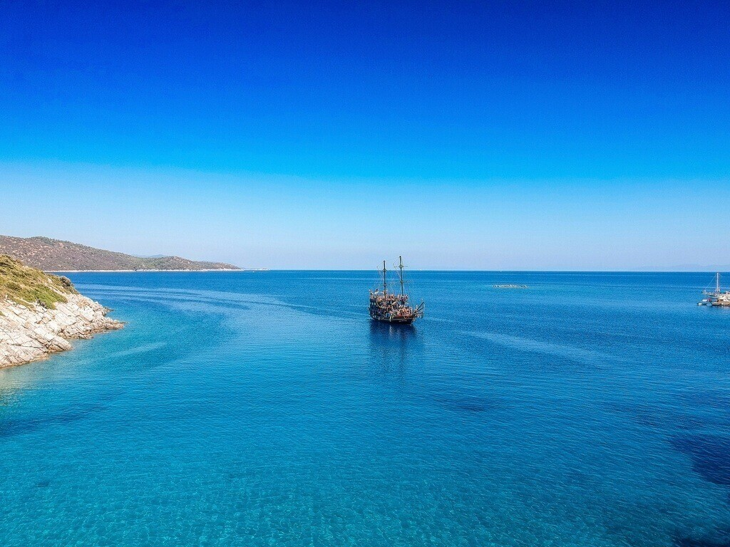 Drohnenperspektive auf ein Piratenschiff | Blick auf die Insel Orak auf Bodrum