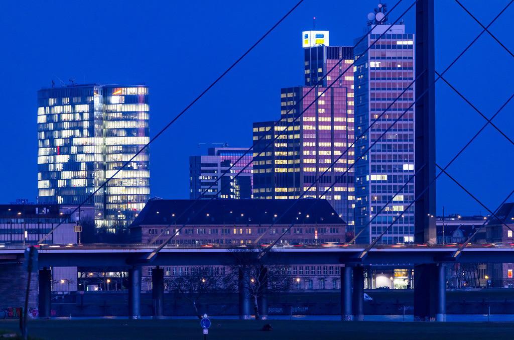 JT-180222-205   Düsseldorf, Skyline der Innenstadt, Hochhäuser, Rheinkniebrücke, Rhein,