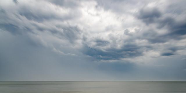 Cuxhaven Regenwolken über der Elbe   max. Größe bei 200dpi = 80x40cm