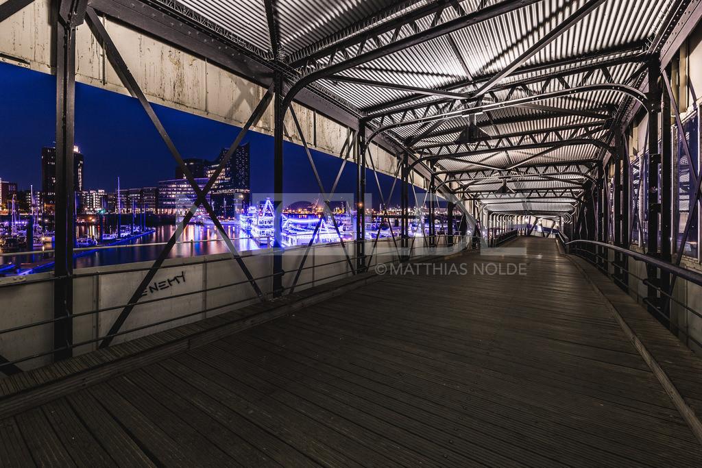 Hamburg bei Nacht   Blick auf den nächtlichen Hamburger Hafen mit der Elbphilharmonie