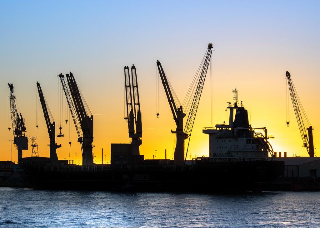 Hafensilhouette   Hafenkräne während des Sonnenuntergangs
