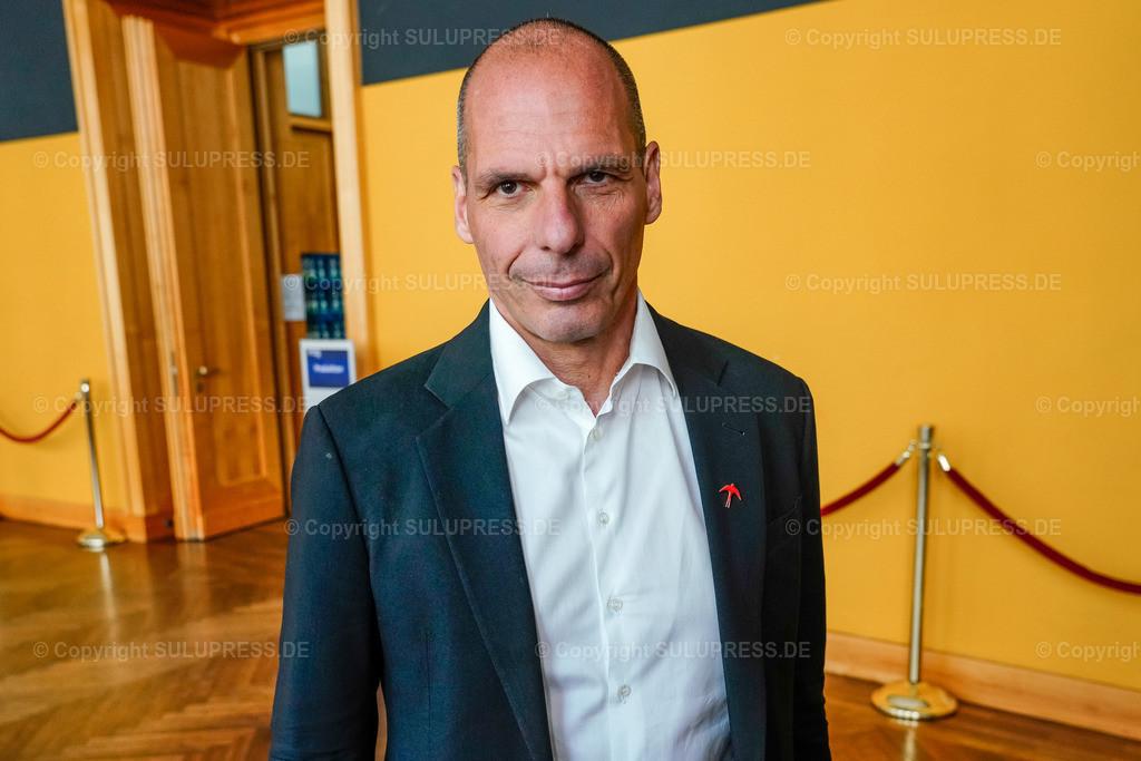 Yanis Varoufakis beim WDR Europaforum in Berlin | 23.05.2019, Yanis Varoufakis beim Europaforum im Auswärtigen Amt in Berlin. Der Westdeutsche Rundfunk hat Prominenz aus Politik und Entertainment zur bevorstehenden Europawahl zu einer europapolitischen Diskussionsveranstaltung eingeladen. Portrait des Politikers.
