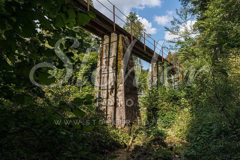 Rote Brücke, Bärschwil (SO) | Die Rote Brücke der ehemaligen Gipsbahn überquert den Stritterenbach, Bärschwil im Kanton Solothurn.
