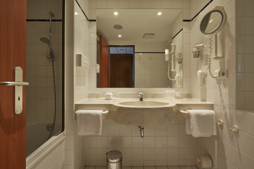 zimmer-bad-doppelzimmer-01-h4-hotel-kassel