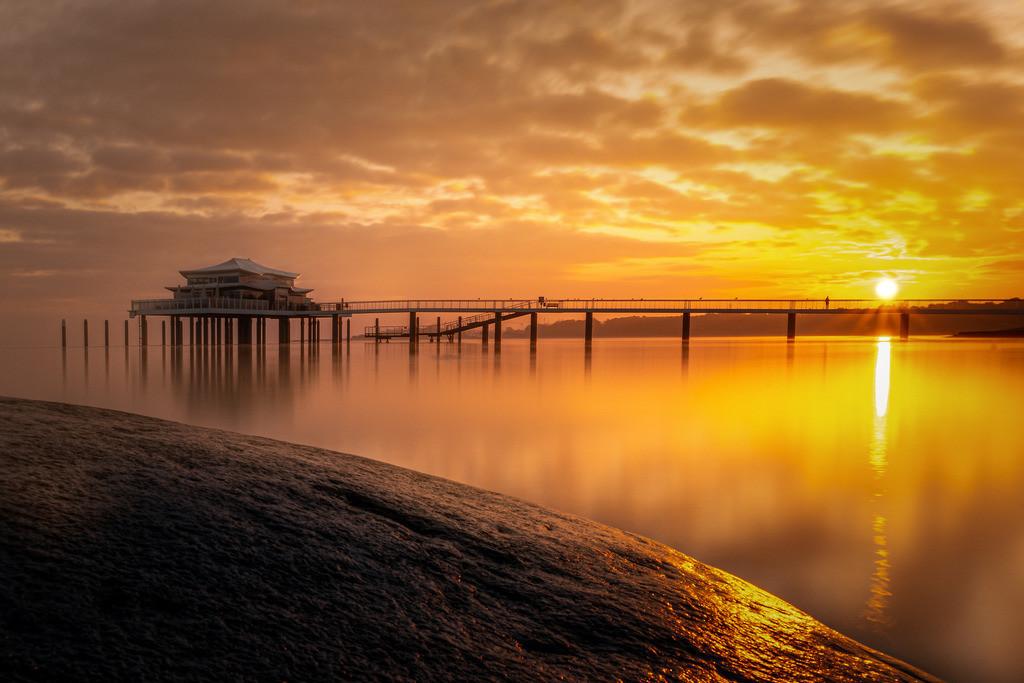 Seebrücke Timmendorfer Strand - Teehaus | Das goldene Licht des Sonnenaufgangs lässt die Timmendorfer Seebrücke mit dem Teehaus in einem ganz besonderen Licht erstrahlen.