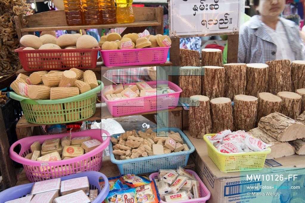 MW10126-FF | Myanmar | Hpa-an | Reportage: Zin mag Thanaka-Paste | Thanaka-Produkte auf einem Markt. Die 7-jährige Nwe Zin Aye lebt im Dorf La Ka Nha nahe der Stadt Hpa-an. Sie bemalt gern ihr Gesicht mit Thanaka-Paste. Nach der burmesischen Tradtition tragen fast alle Mädchen und Frauen diese Art von Schminke.   ** Feindaten bitte anfragen bei Mario Weigt Photography, info@asia-stories.com **