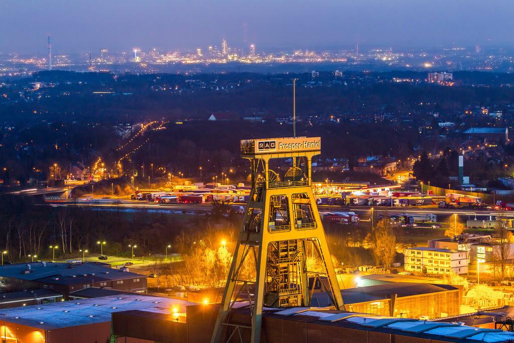 JT-160216-036   Fördergerüst des Bergwerks Prosper Haniel in Bottrop, letzte Ruhrgebiets Zeche, wird 2018 geschlossen, hinten die Skyline der Innenstadt von Essen,