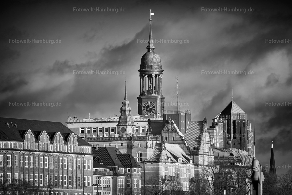 10210711 - Blick auf den Michel in schwarzweiß   Blick auf den Michel, das Hotel Hafen Hamburg und die Häuser  der Bernhard-Nocht-Straße.