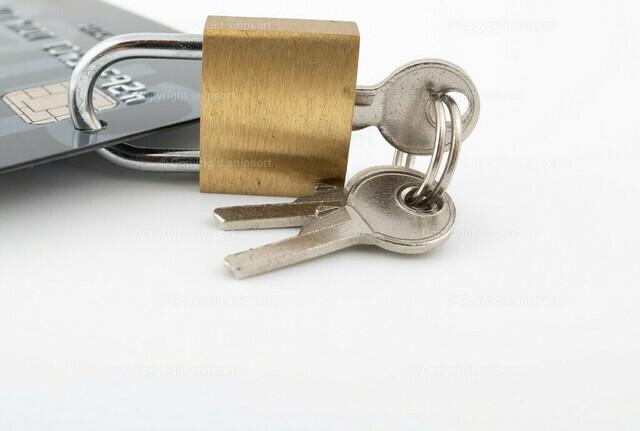 Kredikarte mit Schloss | Konzept für Sicherheit bei Zahlung mit Kreditkarte