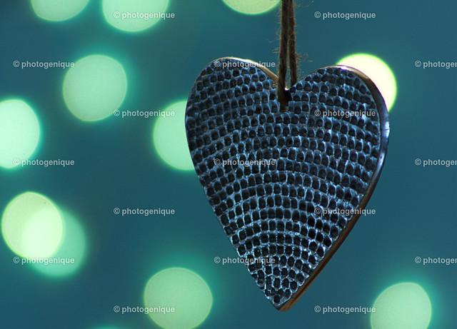 Weihnachtshänger Herz aus Metall | Weihnachtshänger in Herzform aus Metall vor Bokeh blau