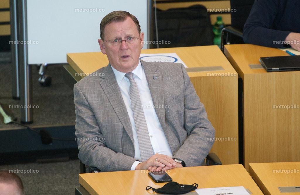 Bodo Ramelow blickt gequält im Landtag während er bei der Fraktion der Linken sitzt (3)