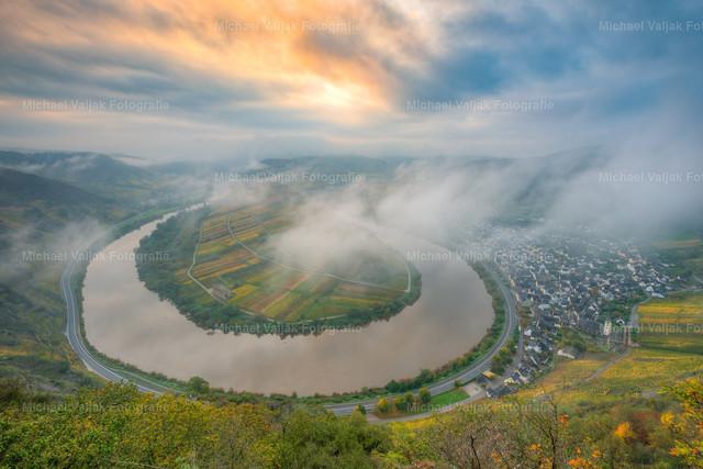 Moselschleife bei Bremm im Herbst  | Für einen kurzen Moment lichtete sich der dichte Nebel bei Sonnenaufgang und gab den Blick frei auf die Moselschleife vom Bremmer Calmont, dem steilsten Weinberg Europas.