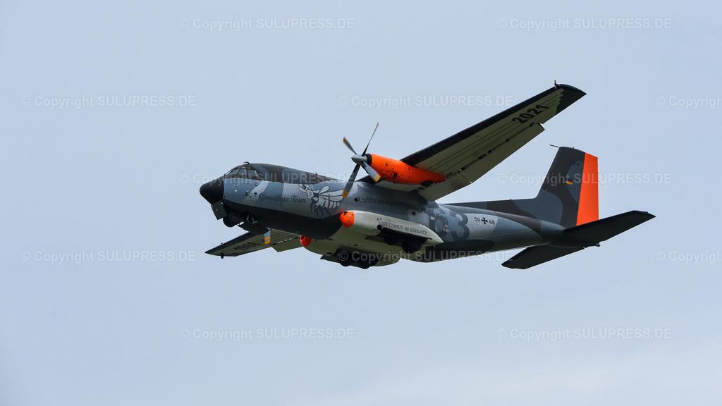 Transportflugzeug Transall C-160D - Goodbye Tour | Kiel-Holtenau, die Transall C-160D fliegt letztmalig in Norddeutschland zur Abschiedstour über dem Flugplatz Kiel-Holtenau. Die Maschine 50+40 vom Lufttransportgeschwader 63 hat zu diesem Anlass eine Sonderlackierung bekommen. Die Transall ist seit 1968 bei der Bundeswehr aktiv und die letzten Maschinen werden in diesem Jahr außer Dienst gestellt.