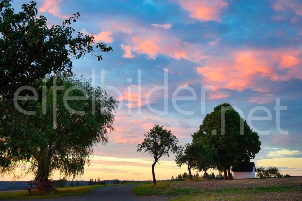 Landschaft bei Kennfus / Bad Bertrich   Rosa Wölkchen über der kleinen Kapelle sorgen hier für eine ganz besondere Morgenstimmung