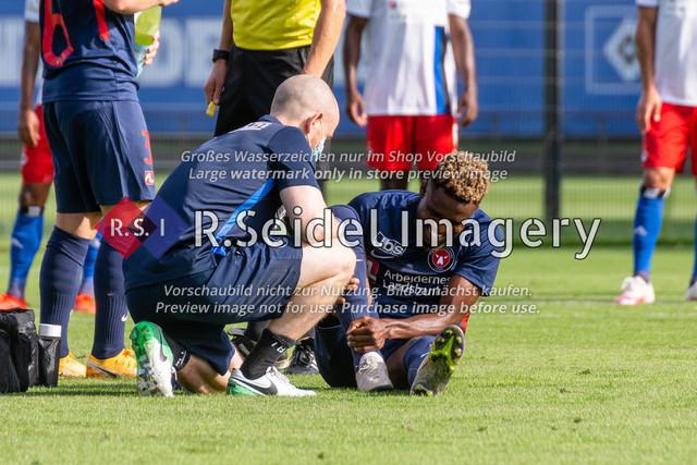Fußball, Herren, Testspiel, Hamburger SV - FC Midtjylland, HSV-Trainingsplatz am Volksparkstadion, 20.08.2020 | Frank Onyeka (#38, Midtjylland, Mittelfeld) am Boden