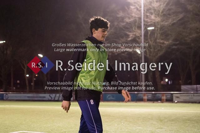 Nach Pandemie- und Winterpause darf der FC Teutonia 05 endlich das Training am Sportplatz Kreuzkirche wieder aufnehmen   Neuzugang Nicolo Mikael Avellino (Innenverteidiger, Teutonia)